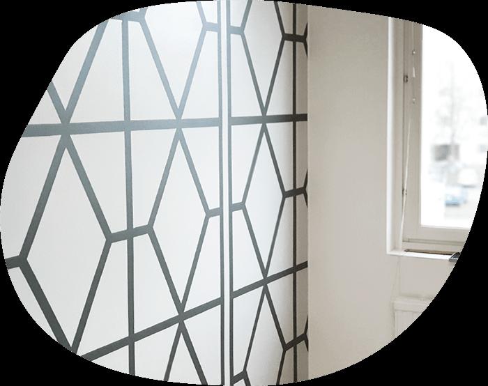 Geometrinen koristemaalaus mualarit